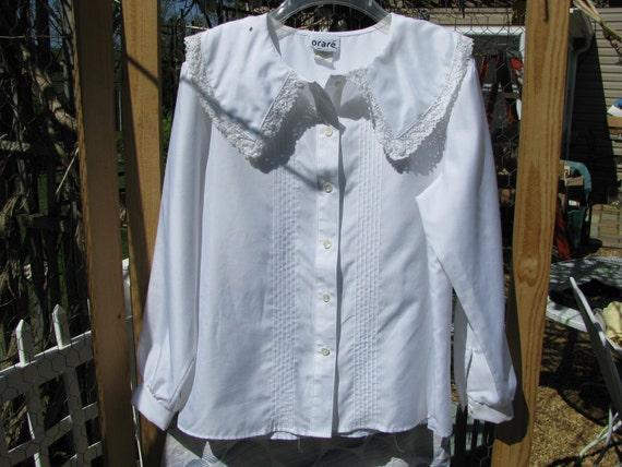 Vintage White Orare size 12 blouse with Peter Pan collar trimmed in lace.