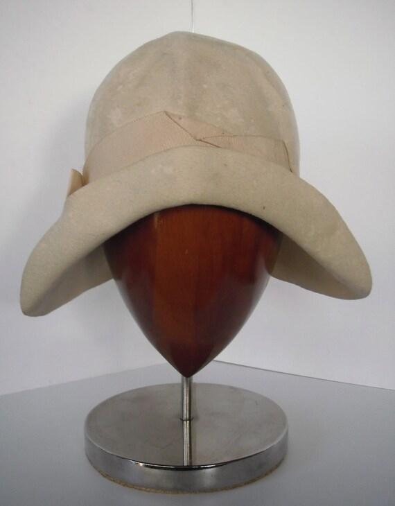 Cream Felt 1920s Cloche. Great Design. Needs Restoration.