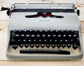 Hispano Olivetti Pluma 22 typewriter - RESERVED