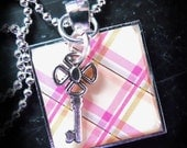 PENDANT KEY NECKLACE with plaid motif and pastel spring colors