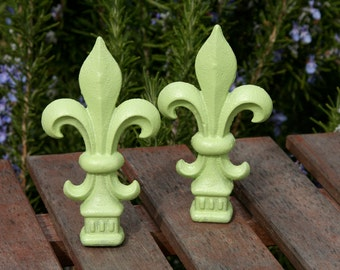 Small Victorian Fleur De Lis Decor - Soft Lime