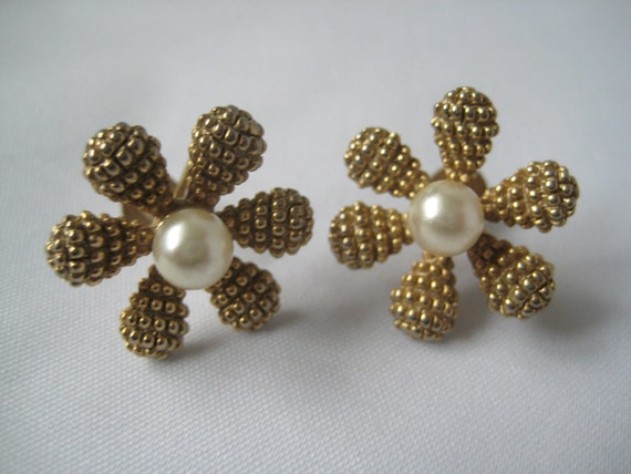 Darling Vintage Screw Back Earrings Retro 40's Gold and Pearl Earrings