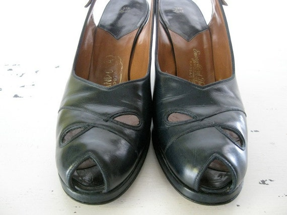 vintage. NAVY. cut out. PEEP TOES. 1940s. Size 8. leather.