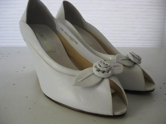 vintage. WHITE. peep toe. ROSE. leather. FLOWER. pumps. 1980s.