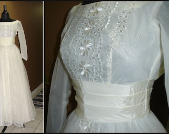 Rockin Robin 1950s or Early 1960s White Lace Tule and Satin / Wedding Dress Gown / Tea Length / X-small / xs
