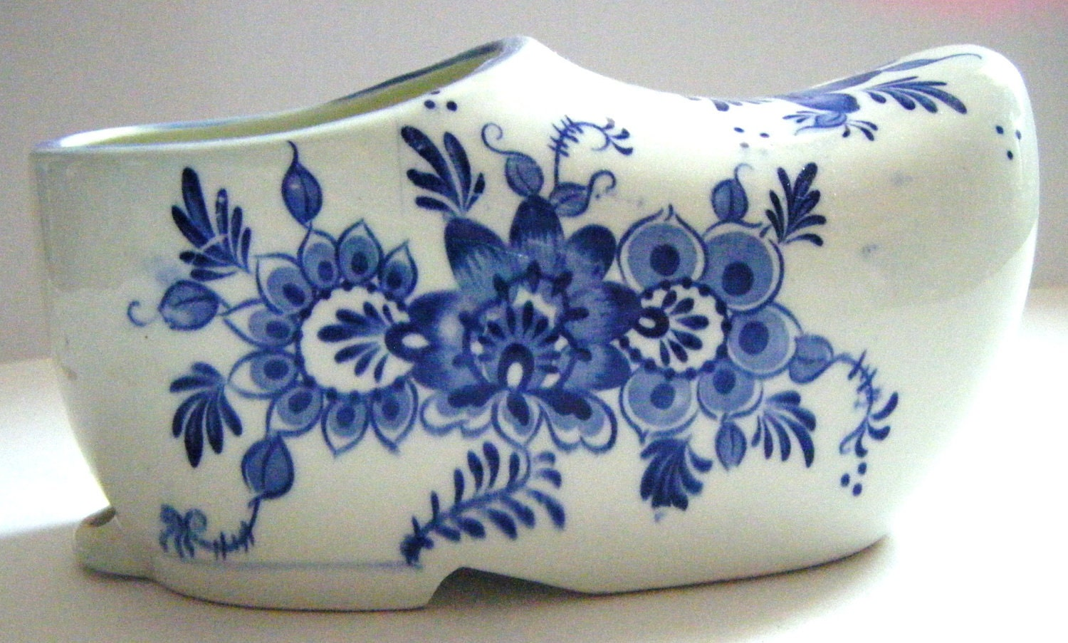 Porcelain delft pottery blue and white blue willow design shoe for Decorating with blue and white pottery