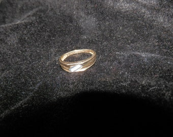 wedding ring size 7,  10k 3 mini diamonds  weight 0.09
