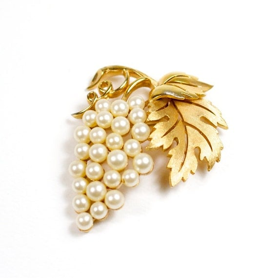Vintage Crown Trifari Pearl and Gold Tone Brooch
