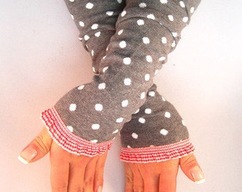 Arm warmers, fingerless gloves in grey with points and Vichy-Karo ruffle in red white