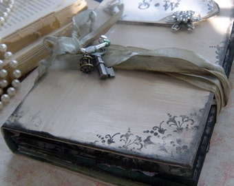 Unique Wedding guestbook in a vintage style shabby chic style