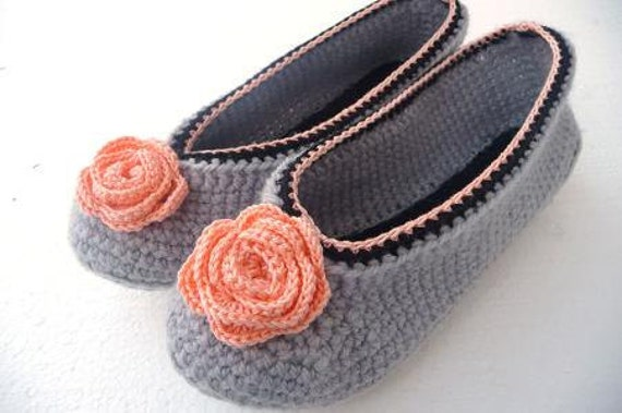Crochet Slippers for Women in gray with rose, crochet home shoes, home slippers