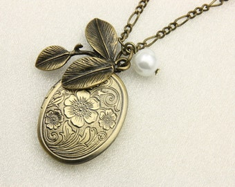 Necklace locket leaf