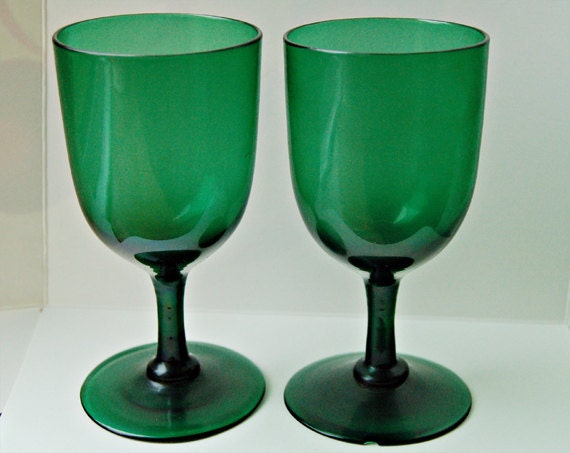 Pair Victorian green glass wine goblets, stylish pair of late 19th century glasses