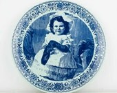 RESERVED FOR SERGEY - Beautiful Delft Blue plate - Little girl with glasses repairing a sock - Chemkefa Zwikker - Holland - Collectible