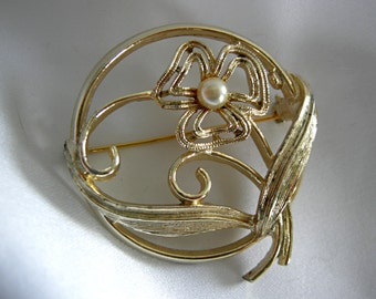 Lightweight Round Goldtone and Faux Pearl Floral Brooch - Signed COVENTRY - Vintage 1960-1980