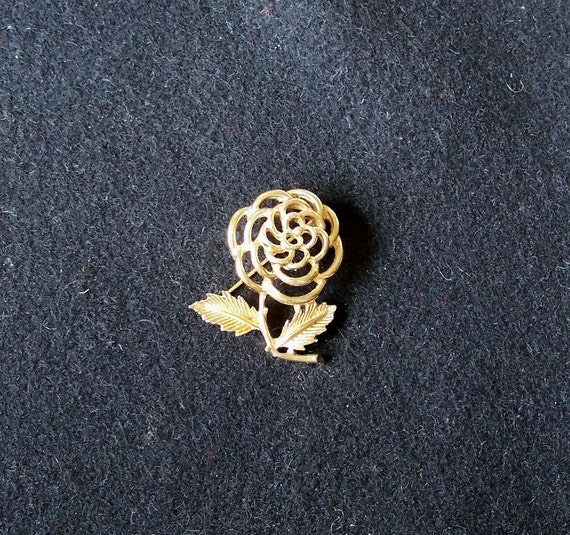Vintage Sarah Coventry Gold Tone Rose Brooch Pin
