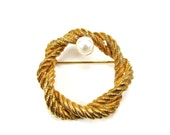 Vintage Brooch 1960s Gold Rope Pearl Wreath Round Pin