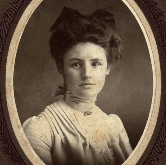 DISCOUNT. C.1910 Antique woman photo portrait. Oval framed.