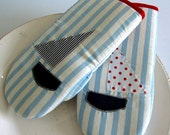 Kitchen mittens with lovely boat applique, set of 2