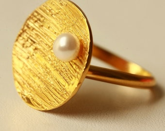 Hand made Silver gold plated disk ring with fresh water pearl