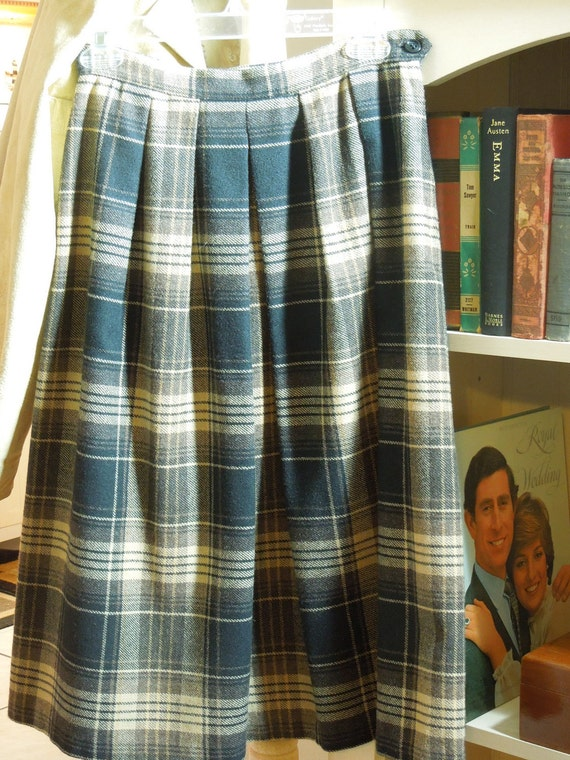 Lady Di Style Plaid Skirt. Late 1970's to Early 80's Flashback. Schoolgirl Chic.  Walnut. Black. Tartan. Wool Blend. Size Small.