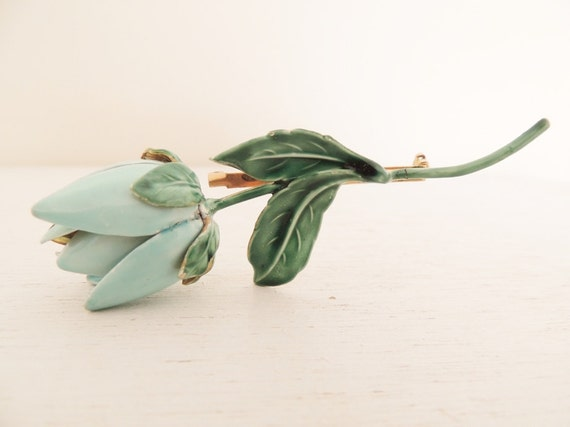 vintage 1950s enamel brooch. PALE GREEN FLOWER.