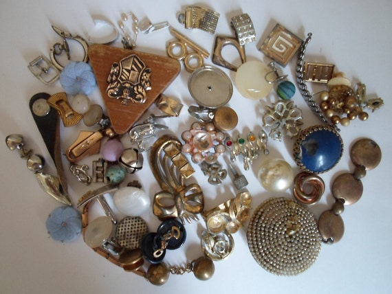 Vintage  8.1oz of odds and ends  scrap items mostly jewelry pieces   Scrap metal  For art or craft projects  Collage art    Steampunk