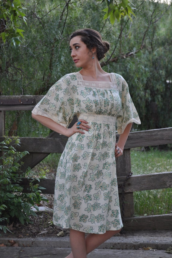 Vintage 1970s XS/SM Off-White and Green Maple Leaf Fall/Summer Dress With Lace And Butterfly Sleeves