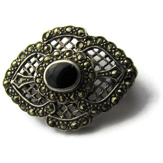 Victorian mourning brooch in sterling silver with marcasite and jet, marked and magnificant