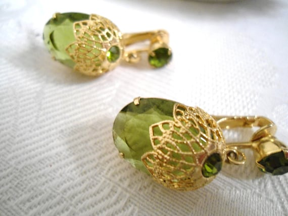 Sarah Coventry Green Peridot Touch of Elegance Dangle Earrings