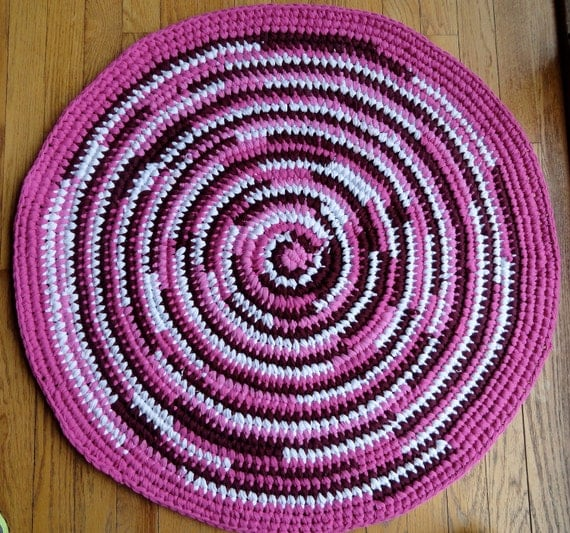 Round Rag Rug Black And White: Round Rag Rug From Recycled T-Shirts In Pink By