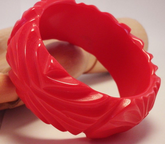 Large Vintage 1940s Fire Engine Red Carved Bakelite Bangle