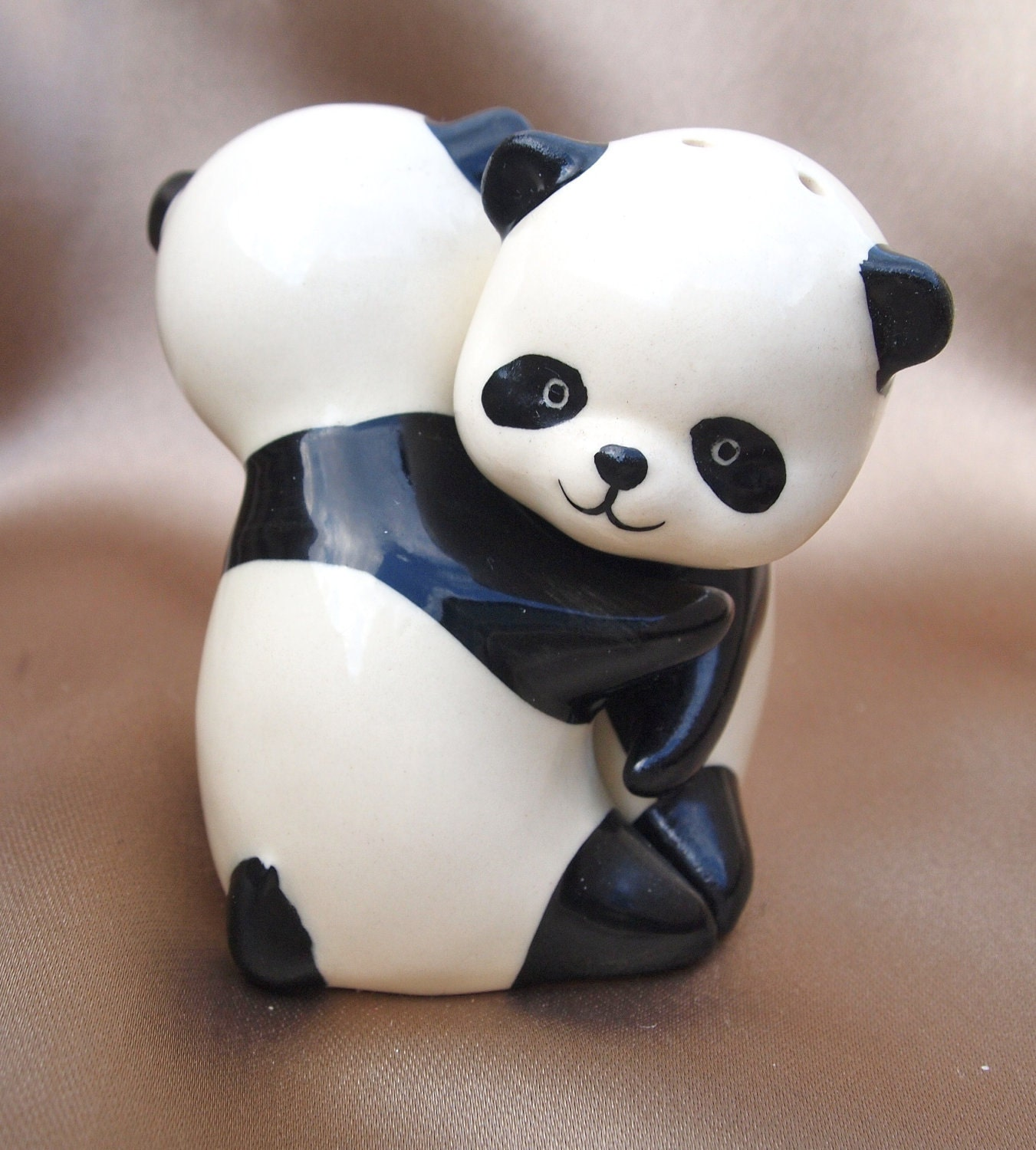 Adorable hugging pandas salt and pepper shakers - Hugging salt and pepper shakers ...