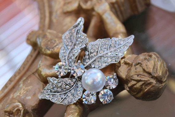 Beautiful silver color brooch with sparkling rhinestones and 1 pearl