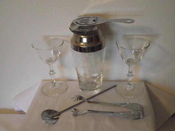 Vintage Cocktail Shaker Set with 2 Cocktail Glasses Bamboo Design