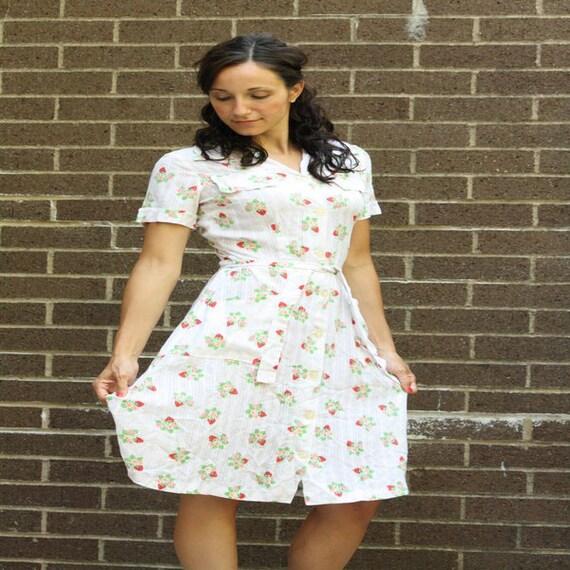 Retro Women's Strawberry Fields Forever White Cotton Vintage Shirt Sun Dress Pink Red Berries Breezy Summer Sz Med 6 8