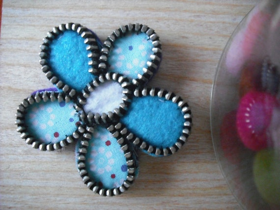 Turquoise zipper flower brooch. Felt and fabric accessorie. Beautiful gift.