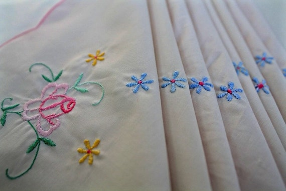 Easter vintage napkins set of 8 embroidered with scalloped edge and pastel flowers
