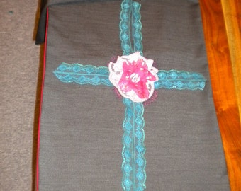 Grey table runner with turquoise lace ribbon and pink flower