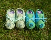 Half Price Sale - Use code JAN2013 - Adorable unisex baby felt booties 0 - 6 months - blue / green