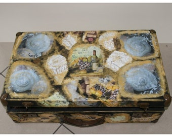 Wedding suitcase.Antique suitcase in excellent condition, all original parts. The decor handmade. Most good price.