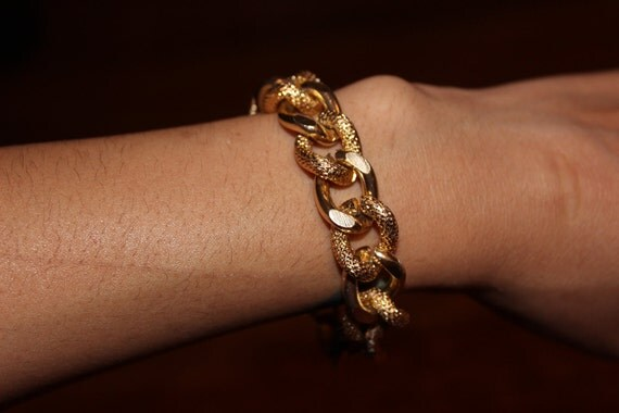 The MINI DIANA Bracelet. Gold chain with textured and smooth links.
