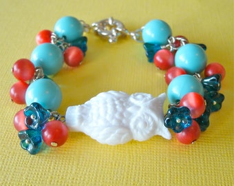 Vintage Owl Retro Bracelet, Carousel Blue Owl Lucite and Glass Beaded Charm Bracelet, Turquoise, Red and White Bracelet, Woodland