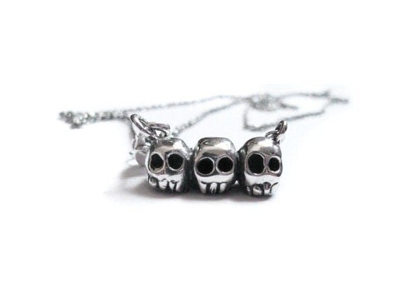 triple skull necklace
