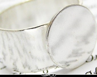 Silver Plated Ring Blank with Glue Pad. Slight Vintage Finish. Wide adjustable band.