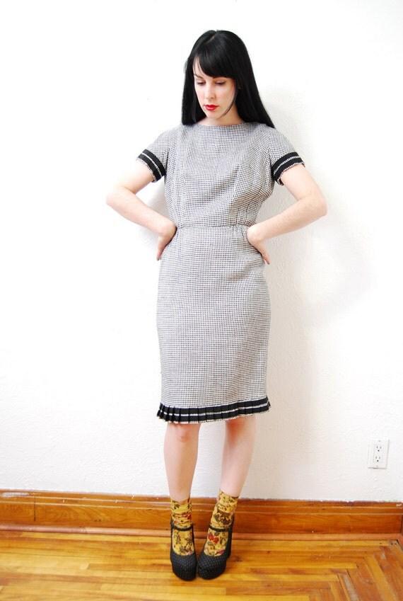 vintage 1960s / black and white / ruffle / pleat / wiggle / dress / mod / S-M
