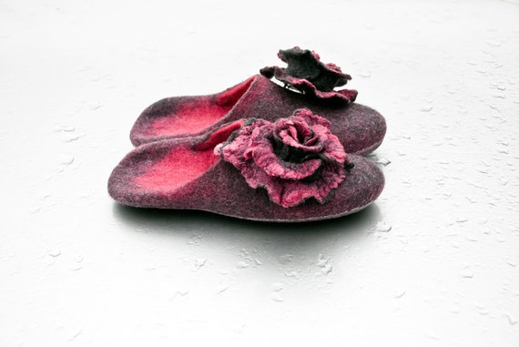 Felted slippers and rose brooch Women home shoes Pink, gray slippers felted wool slippers