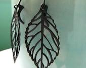 Simple everyday earrings - Structure, leaves - Modern Black metal leaf earrings