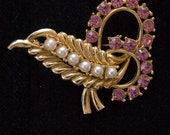 Vintage Faux Pearl Brooch with Pink Rhinestone on Gold Tone Setting 1950s Feather Foiled Back Brooch - catwalkcreative