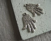 hamsa hand pendant  , antiqued silver pendant  , metal casting - antiqued silver finish , pewter tone - 22 x 18  mm /  2 pcs - 5amk19